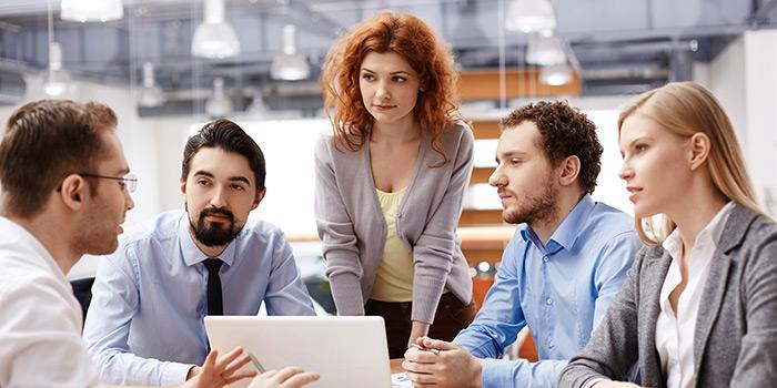 חמישה אנשי ונשות עסקים בישיבה