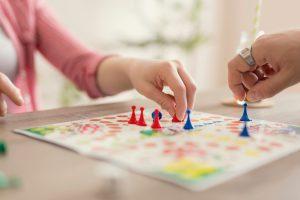 ידיים של גבר ואישה משחקים במשחק לוח