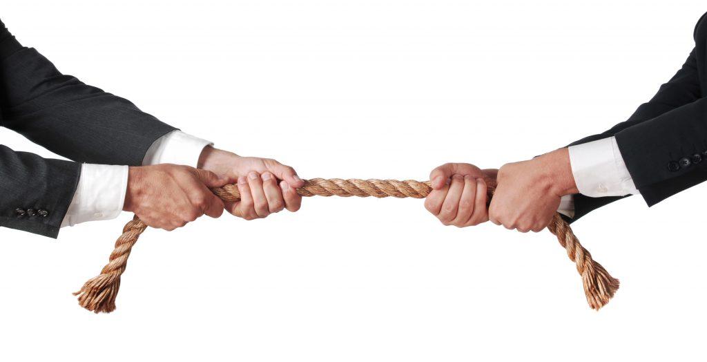 שני אנשי עסקים מושכים בחבל משני הקצוות