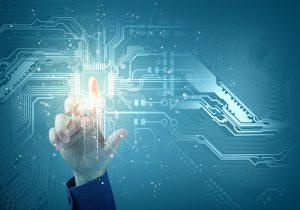 טכנולוגיה - תמונה של יד מצביעה על הדמיה של מעגל חשמלי